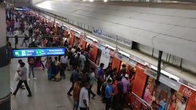 Vídeo de Timelapse dos passageiros que obtêm e fora do metro de Deli na estação de Rajiv Chowk filme