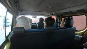 Vídeo de Timelapse de la gente que viaja a sus destinos en un dolmus, un transporte público típico en Turquía almacen de metraje de vídeo