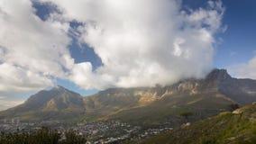 Vídeo de Timelapse de la montaña de la tabla con las nubes que pasan encima metrajes