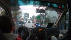 Vídeo de Timelapse de un hombre que conduce su mini autobús, un transporte público típico en Estambul, Turquía almacen de video