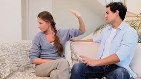 Vídeo de um par que tem um argumento ao olhar a televisão filme