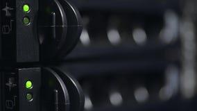 Vídeo de un servidor con los discos duros Centro de datos almacen de video