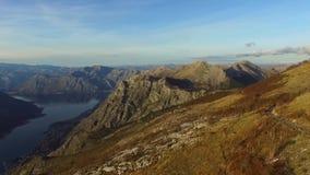 Vídeo del abejón - las montañas balcánicas en el parque nacional Lovchen y el Kotor aúllan