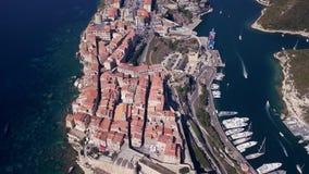 Vídeo del abejón - volando sobre el puerto deportivo de Bonifacio - Córcega almacen de video
