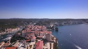 Vídeo del abejón - volando sobre el puerto deportivo de Bonifacio - Córcega almacen de metraje de vídeo