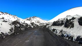 Vídeo del bucle temporal del movimiento rápido de caminar al top del volcán del Etna, Sicilia, Italia metrajes