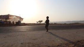 Vídeo del concepto de la silueta del niño pequeño que camina almacen de metraje de vídeo