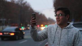 Vídeo del lapso de tiempo de coches con una exposición larga en la noche en Ereván en la calle Mashtots almacen de metraje de vídeo
