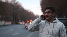 Vídeo del lapso de tiempo de coches con una exposición larga en la noche en Ereván en la calle Mashtots metrajes