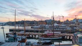 Vídeo del lapso de tiempo de la ciudad de Oslo, puerto de Oslo con los barcos y yates en el crepúsculo en Noruega almacen de metraje de vídeo