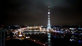 Vídeo del lapso de tiempo de la torre de la televisión de St Petersburg con la altura del vuelo del pájaro Rusia almacen de video