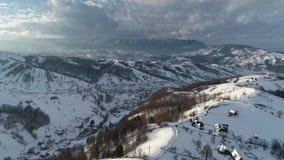Vídeo del lapso de tiempo de Eslovenia por la mañana con la niebla sobre el valle