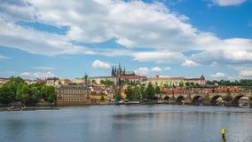 Vídeo del lapso de tiempo del horizonte de la ciudad de Praga con el río de Moldava en Checo, timelapse 4K de la república almacen de metraje de vídeo