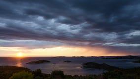 vídeo del lapso de tiempo 4k de la naturaleza y del paisaje de Croacia en día tempestuoso en el mar adriático en Dalmacia almacen de metraje de vídeo