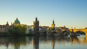 Vídeo del lapso de tiempo de la ciudad vieja de Praga con salida del sol en el timelapse checo 4K almacen de metraje de vídeo