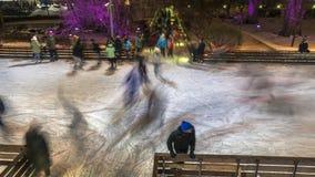 Vídeo del lapso de tiempo de la gente que se divierte en pista de patinaje almacen de metraje de vídeo