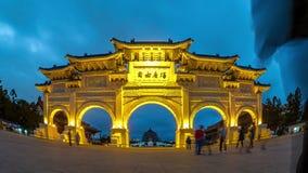 Vídeo del lapso de tiempo de la puerta de la gran piedad, Chiang Kai-shek Memorial Hall en la ciudad de Taipei, Taiwán, timelapse metrajes