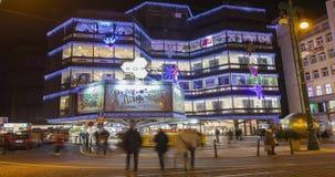 Vídeo del lapso de tiempo de los mercados de la Navidad delante de un centro comercial adornado grande Kotva en Praga en el cuadr almacen de video