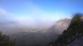 Vídeo del lapso de tiempo del movimiento rápido de la ciudad histórica Enna en italiano hermoso Sicilia admitida la mañana brumos almacen de metraje de vídeo