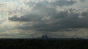 Vídeo del lapso de tiempo que muestra las nubes y la ciudad Philadelphia del centro meteorológico almacen de video