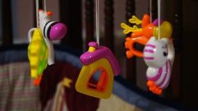 Vídeo del móvil giratorio del bebé con los animales y el hogar Juguetes de los niños almacen de metraje de vídeo