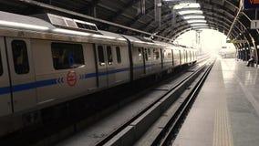 Vídeo del metro en Nueva Deli almacen de metraje de vídeo