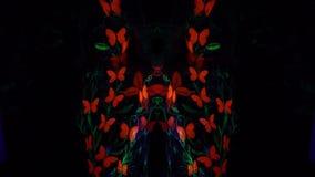 Vídeo del montaje de una muchacha en arte de cuerpo luminescente bajo la forma de mariposas e hierba almacen de metraje de vídeo