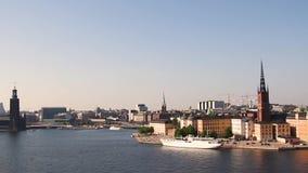 Vídeo del paisaje urbano de Estocolmo con la vista de la ciudad vieja de Gamla Stan en Estocolmo, Suecia, metrajes