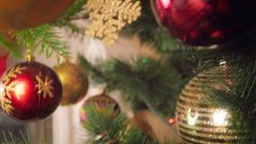 Vídeo del primer 4k de la cámara que se mueve lentamente dentro del árbol de navidad adornado metrajes