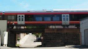 Vídeo del puente de la piedra de la travesía del tren en ciudad almacen de metraje de vídeo