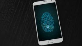 Vídeo del smartphone con la huella dactilar del microprocesador almacen de metraje de vídeo