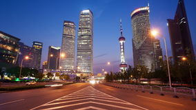Vídeo del timelapse del enfoque del tráfico de Shangai en la noche