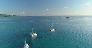 Vídeo del vuelo en el mar y sobre los yates a una pequeña isla tropical metrajes