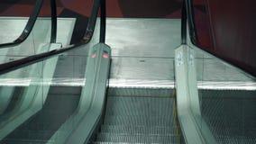 Vídeo descendente do POV do ponto de vista da escadaria movente video estoque