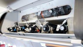 Vídeo do close up 4k dos cilindros de oxigênio de alta pressão da segurança para casos de emergência no avião video estoque