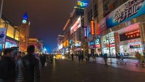 vídeo do hyperlapse 4k dos povos na rua da compra de Wangfujing no Pequim filme