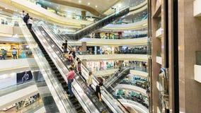 vídeo do hyperlapse 4k dos povos que compram em um shopping em Hong Kong filme