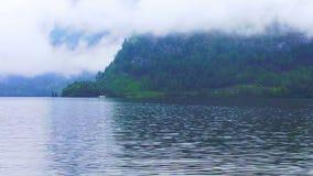 Vídeo do lago bonito Hallstatt na névoa nebulosa de Áustria sobre a montanha video estoque