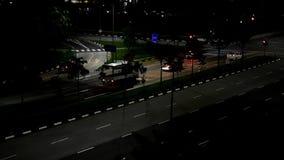 Vídeo do lapso da noite dos carros e do tráfego em algum lugar em Singapura do leste video estoque