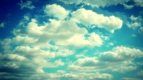 Vídeo do lapso de tempo das nuvens chuvosas cinzentas e brancas que correm do horizonte no dia ensolarado vídeos de arquivo