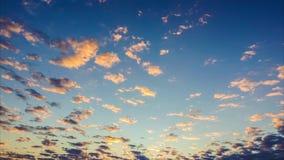 Vídeo do lapso de tempo das nuvens coloridas que passam no por do sol filme