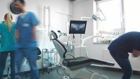 Vídeo do lapso de tempo de dentistas ocupados no escritório do dentista vídeos de arquivo