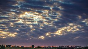 Vídeo do lapso de tempo de nuvens e do céu coloridos perto das casas filme