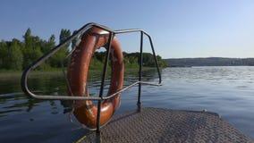 Vídeo do nariz que flutua abaixo do navio do rio O Rio Volga, dia de verão Vegetação verde na costa ou na ilha vídeos de arquivo