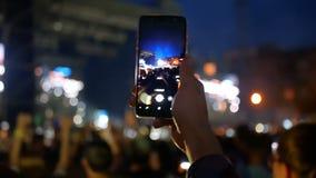 Vídeo do smartphone da multidão da menina video estoque