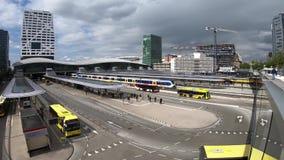 vídeo do timelapse 4k da estação central de Utrecht do nó do transporte público com trens e ônibus vídeos de arquivo
