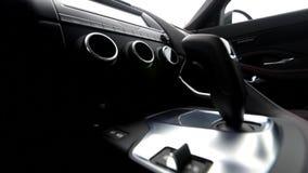Vídeo do trilho da vista lateral do botão do deslocamento de engrenagem no interior de couro do veículo filme