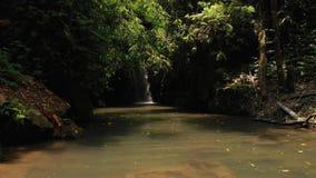 vídeo do voo 4K da cachoeira na selva da ilha de Bali, Indonésia Vídeo do zangão vídeos de arquivo