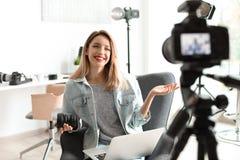 Vídeo fêmea da gravação do blogger da foto na câmera fotografia de stock royalty free