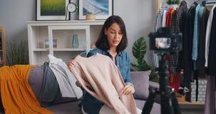 Vídeo fêmea da gravação do desenhador de moda do vlogger sobre a roupa elegante vídeos de arquivo